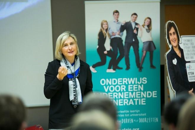 Minister Crevits en Françoise Chombar maken jongeren warm voor STEM-studies en -beroepen